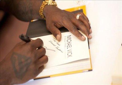 Michael-Vick-atlanta-book-signing