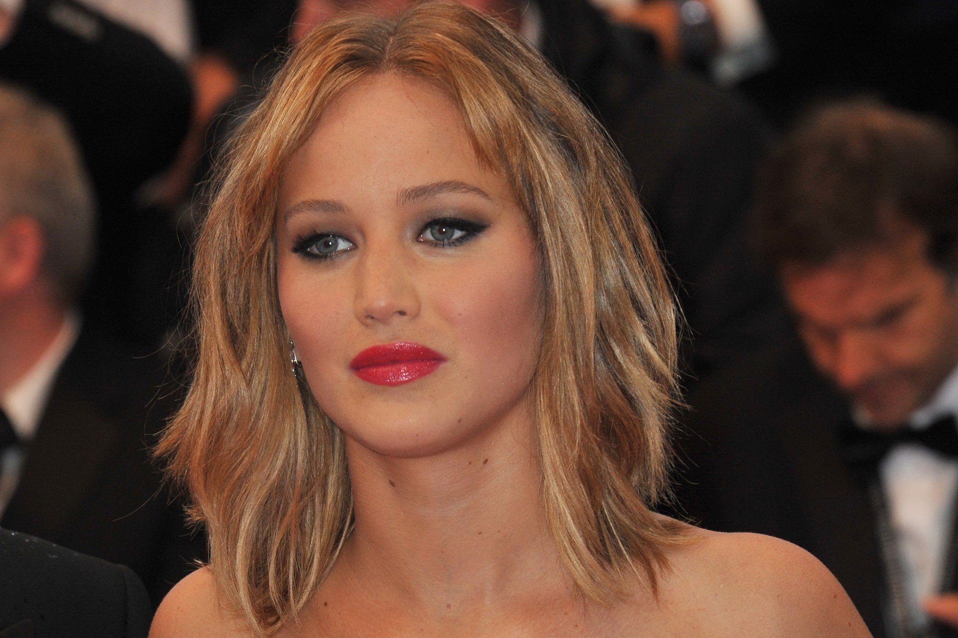 Jennifer lawrence nudes leaked after apple icloud exploit hacked